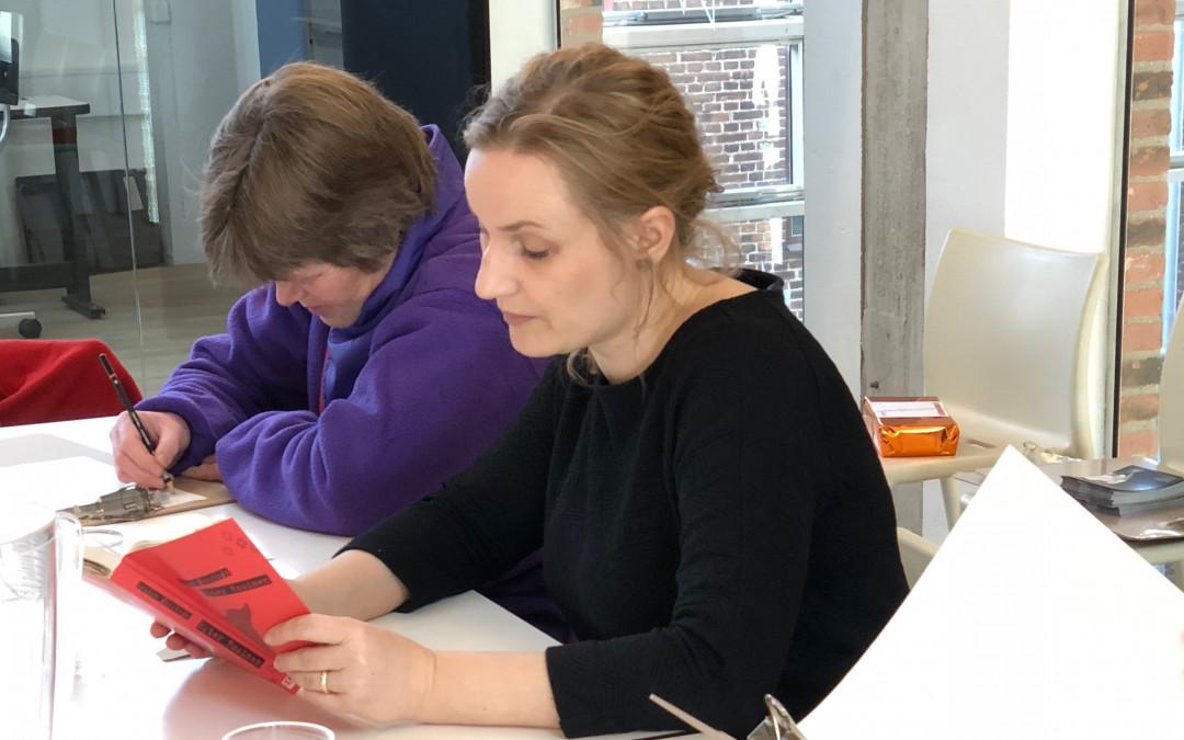 Forfatter læser op, af sin bog på Tegn en bog workshop, Helsingør Bibliotek