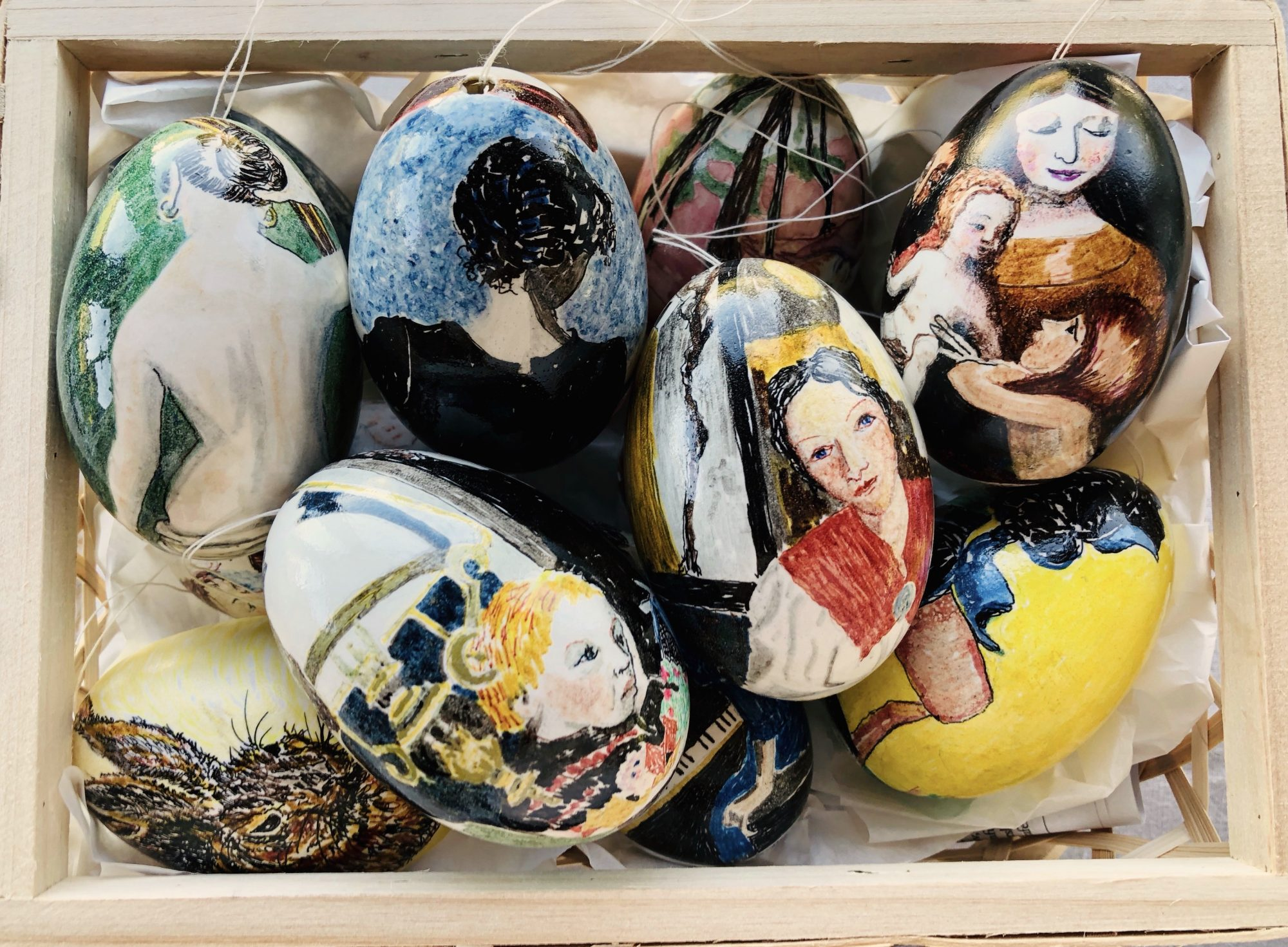 En kurv fyldt med bemalede gåseæg med motiver inspireret af kendte værker fra Guldalder og Impressionisme