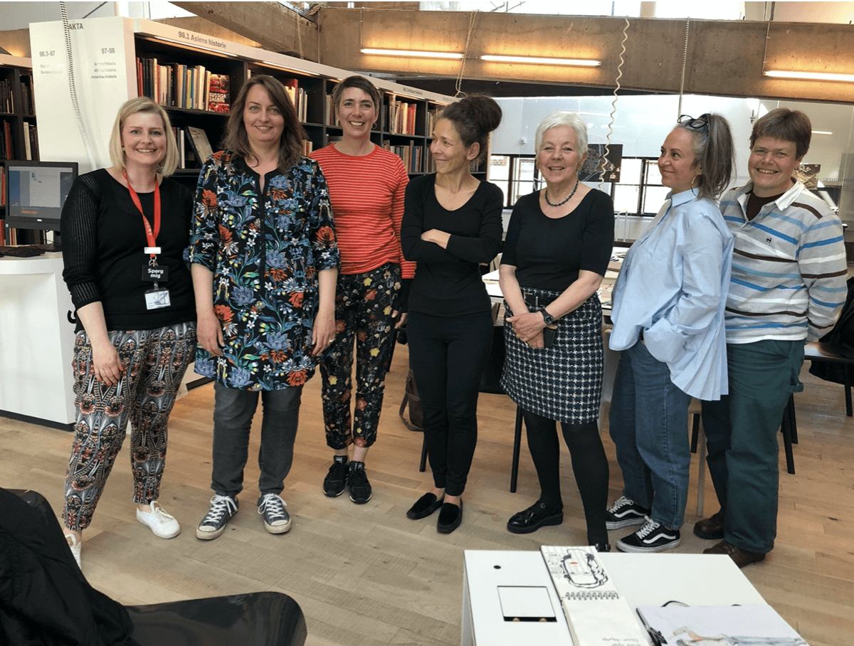 Bibliotekar Annebeth Møller med deltagere i Tegn en Bog workshop på biblioteket, Kulturværftet i Helsingør