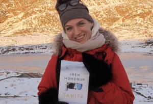 Foto af forfatter Iben Mondrup med romanen Tabita i favnen