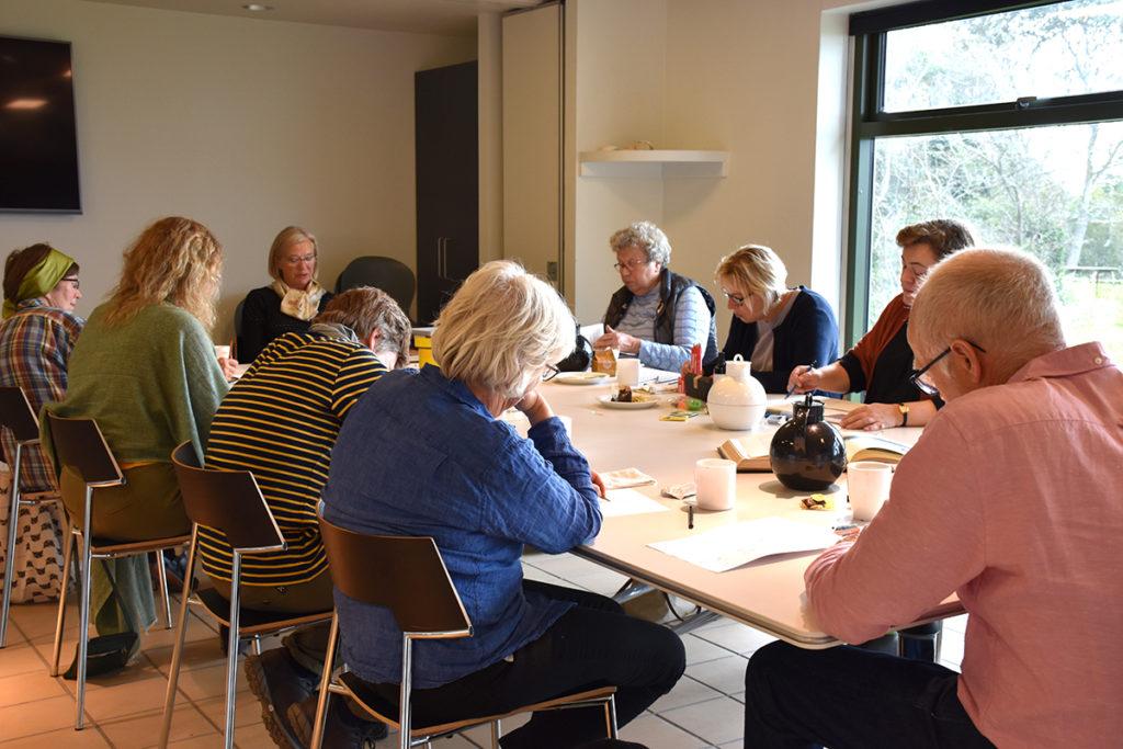 Deltagere om tegnebordet ved Tegn en Bog workshop i Hundested, september 2020