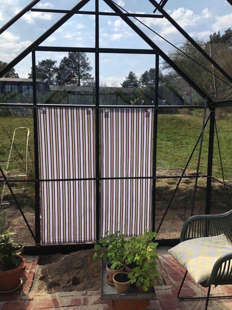 Kasseret dynebetræk får nyt liv som solafskærmning i drivhus